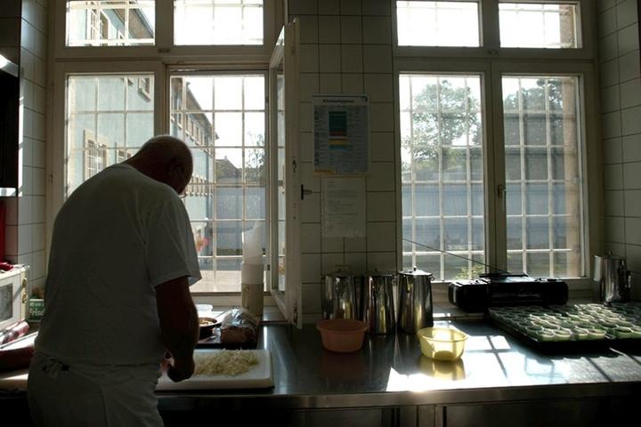 Die Ekel-Angriffe sollen sich wohl gezielt gegen einzelne Gefangene gerichtet haben. Die Aufnahme zeigt einen Küchenarbeiter in der JVA Konstanz.