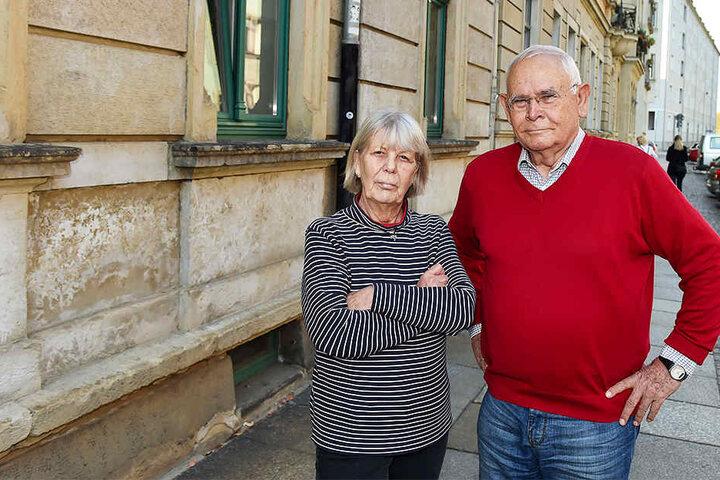Wie viele weitere Anwohner ärgern sich auch der frühere Flottenchef der Dampfschifffahrt Michael Lohnherr (75) und seine Frau Rosemarie (69) über die Geruchsbelästigung.