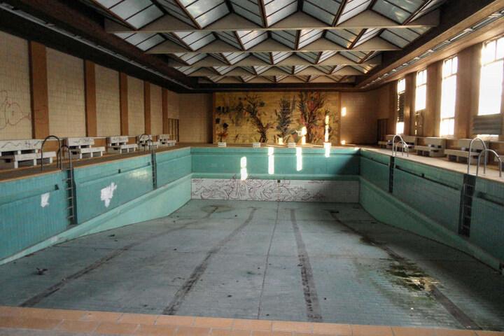 Seit 2002 steht die Schwimmhalle leer und verfällt langsam.