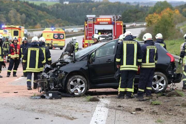 Dutzende Feuerwehrmänner waren mit der Bergung beschäftigt. Die A4 wurde in Richtung Chemnitz zeitweise voll gesperrt.