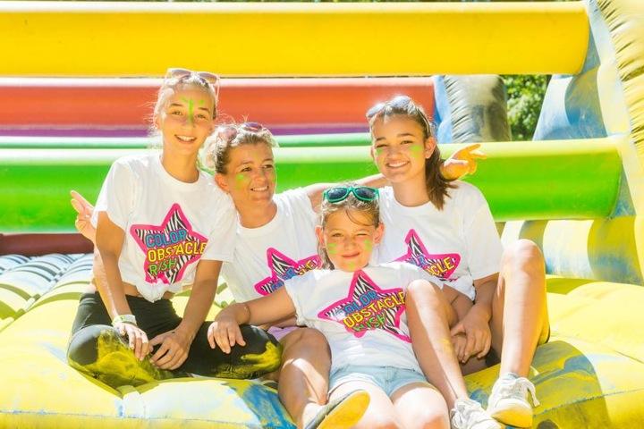 """Hüpfbande: Jessica (12, 2.v.l) hatte mit Mama Bianca (35), Schwester Vanessa  (14) und Freundin Maja (13) Spaß auf einer der vielen """"Hindernis-Hüpfburgen""""."""