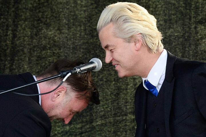 Geert Wilders wurde von Lutz Bachmann demütig bei der PEGIDA-Demo begrüßt.