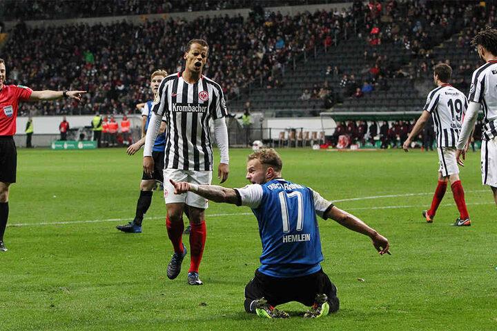 Elfmeter? Hier forderte Christop Hemlein beim Schiedsrichter Felix Zwayer Elfmeter.