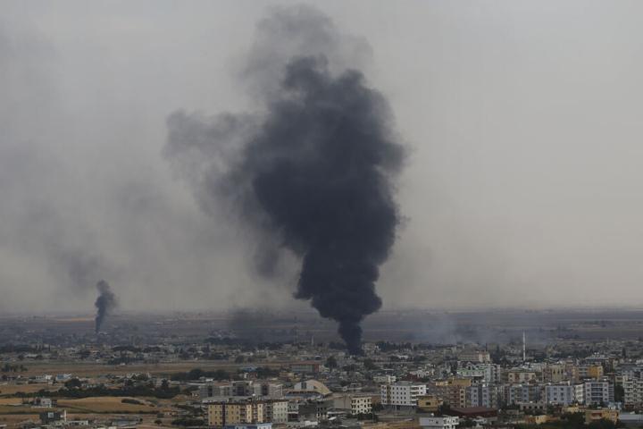 Auf dem von der türkischen Seite der türkisch-syrischen Grenze aufgenommenen Foto ist Rauch zu sehen, der über der syrischen Stadt Ras al-Ain aufsteigt, die zuvor durch die türkischen Streitkräfte bombardiert wurde.