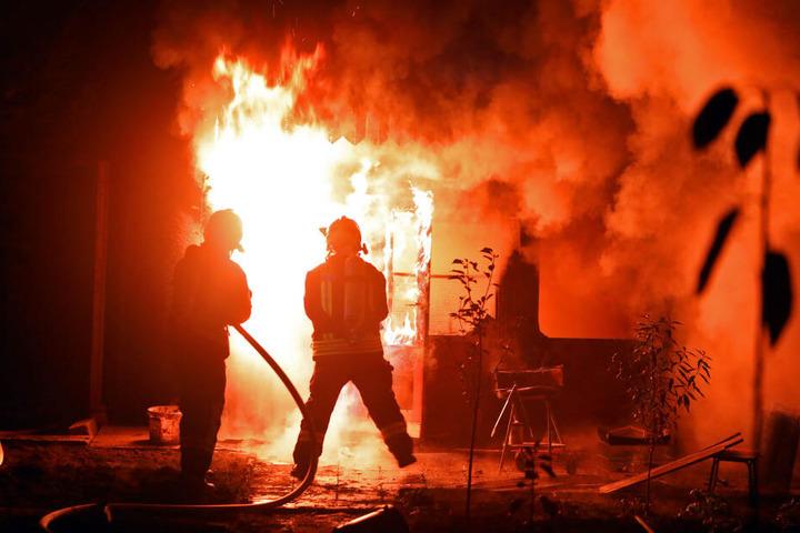 Als die Feuerwehr anrückte, brannte die Gartenlaube lichterloh.