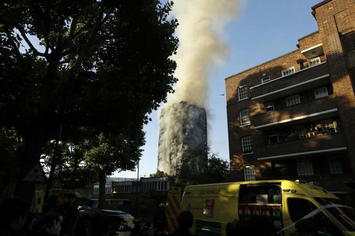 Eine große Rauchsäule umgibt das gesamte Hochhaus.