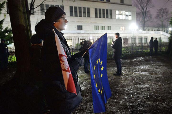 Teilnehmer einer Demonstration gegen die Justizreform haben sich am 15.12.2017 in Warschau vor dem Senat versammelt. Polen steht wegen seiner umstrittenen Justizreformen offensichtlich vor einem beispiellosen Verfahren zum Entzug seiner Stimmrechte in der