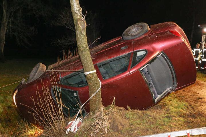 Das Auto landete auf der Seite an einem Baum.