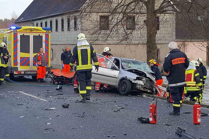 Zwei Frauen im Opel wurden schwer verletzt.