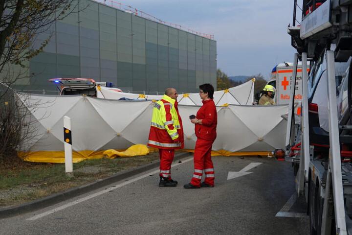 Hinter dem Sichtschutz kämpften die Rettungskräfte um das Leben der schwerverletzten Autofahrerin. Vergeblich.