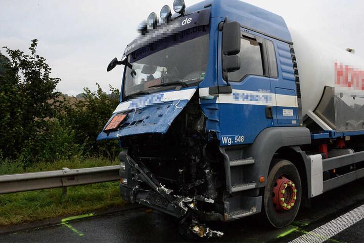 Der Lkw-Fahrer wurde bei dem Crash leicht verletzt.