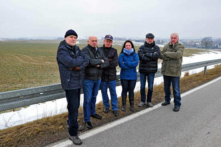 Die Bürgerinitiative um Helmar Biering (links) will die weitere Verschandelung des Ortes verhindern.