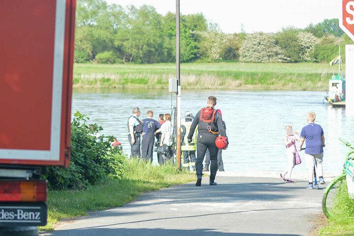 Die Feuerwehr setzte für die Rettung ein motorisiertes Schlauchboot ein.