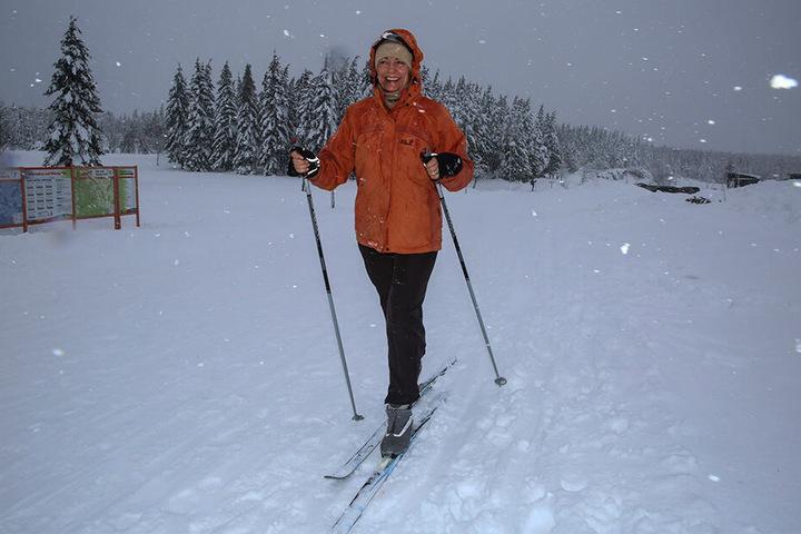 Johanna (53) aus Dresden trotzte der Gefahr durch hinabstürzende Bäume und war mit Langlaufskiern auf der Loipe Kahleberg unterwegs.