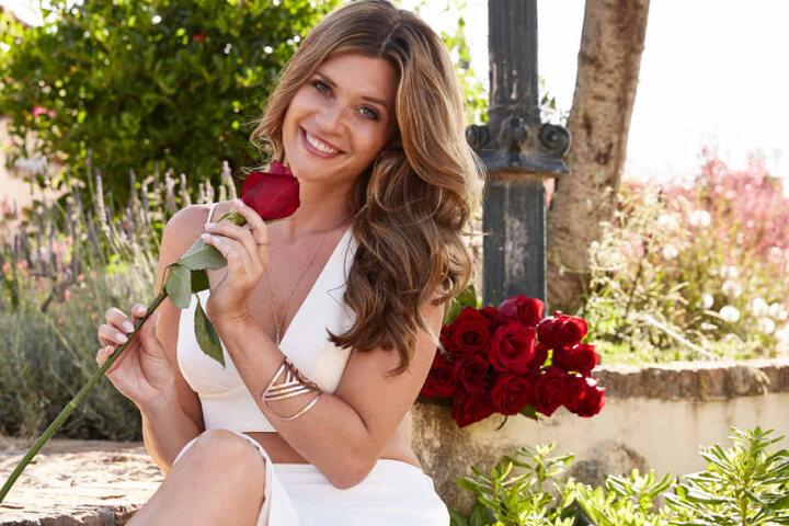 Bachelorette Nadine hat die Rosen in der Hand.