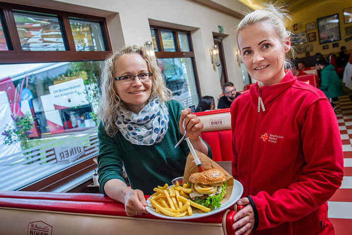 Burger für Blut: Anja Wolter (DRK) und Franziska Häusler (l.).