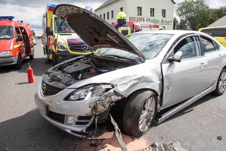 Warum der Fahrer des Mazda die Kontrolle über sein Auto verlor, muss die Polizei nun ermitteln.