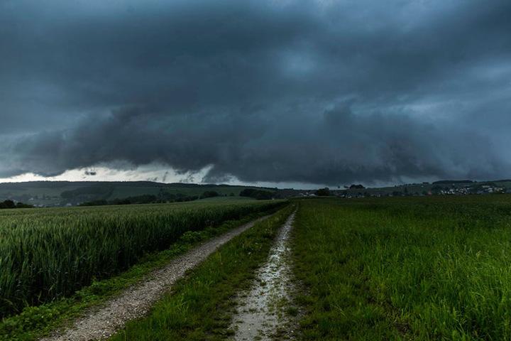 Dunkle Wolken ziehen am Donnerstag übers Land.