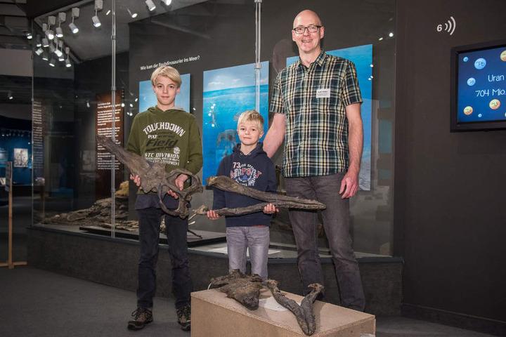 Der Finder Maik Sieker und seine Söhne haben einen Abguss des Schädels bekommen.