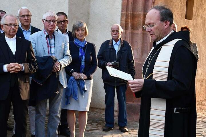 Abt Barnabas Bögle bei der kirchlichen Segnung des sanierten Torhauses.