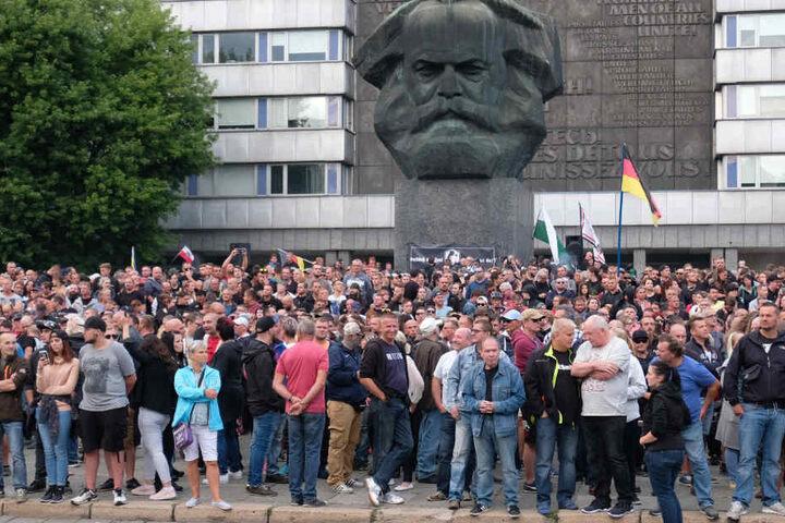 Nach den tödlichen Messerstichen auf einen 35-Jährigen gingen die Menschen in Chemnitz auf die Straße.