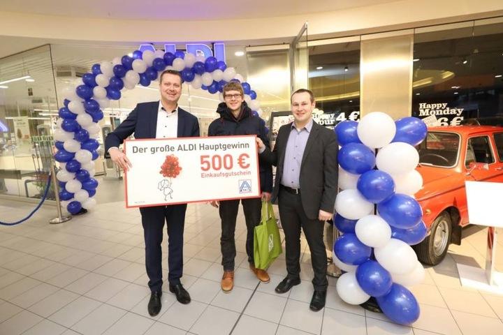 Den Hauptgewinn von 500 € ergatterte Olaf (mitte) , 31, aus Loschwitz.