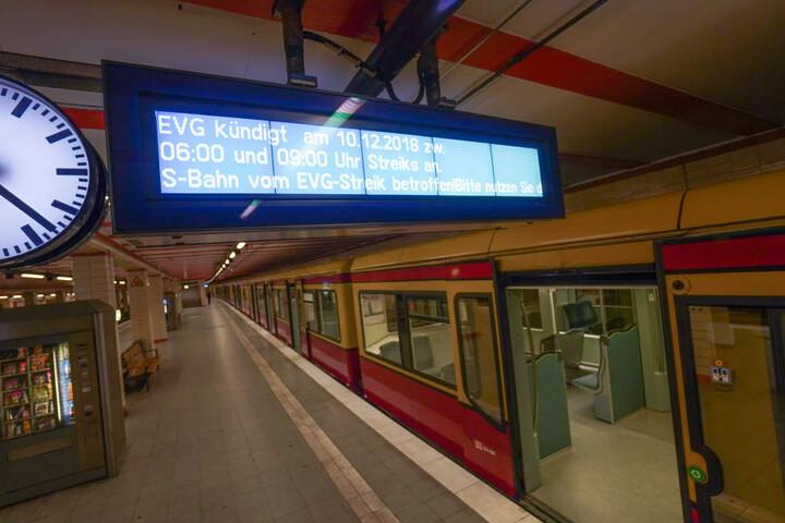 Die S-Bahnfahrer werden gebeten, auf U-Bahnen, Straßenbahnen und Busse umzusteigen.