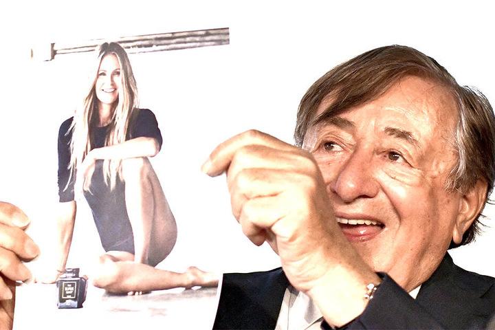 Stolz hält Richard Lugner (86) ein Foto seiner diesjährigen Ball-Begleitung Elle MacPherson nach oben.