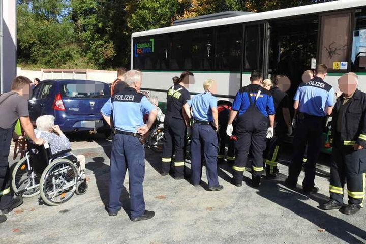 Die übrigen Senioren werden mit dem Bus an einen anderen Ort gebracht.