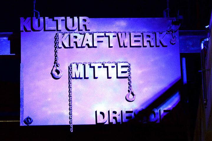 """Mit blauem Licht angestrahlt - die Metallplatte mit der Aufschrift """"Kulturkraftwerk Mitte""""."""