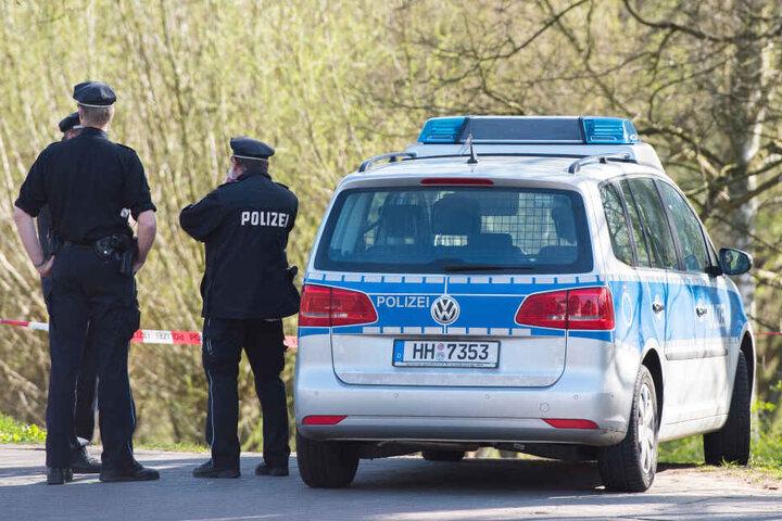Beamte der Hamburger Polizei stehen an einem Einsatzort. (Symbolfoto)