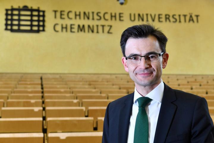 Hat die Uni-Leitung um Rektor Gerd Strohmeier (41) sich zu weit aus dem Fenster  gelehnt? Das Ministerium schiebt ihr den schwarzen Peter zu.