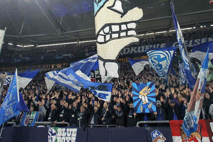 Zwei Schalke-Anhänger prügelten sich mit zwei Fußball-Fans von Manchester City.