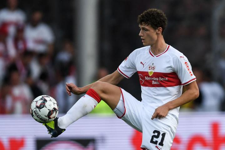 Benjamin Pavard nimmt bei einem VfB-Spiel im September den Ball an.