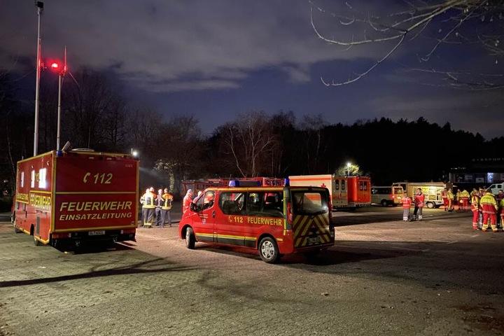 Etwa 120 Einsatzkräfte waren vor Ort, ein Teil nutzte den Parkplatz an der Eissporthalle.