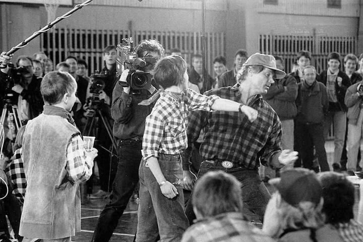 Der Star zurück in der alten Heimat: 1995 zeigte er Lommatzscher Schülern,  wie man als Schauspieler Schläge kassiert.