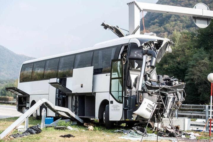 Der verunglückte deutsche Reisebus steht neben der Fahrbahn auf der Autobahn A2 im Kanton Tessin.