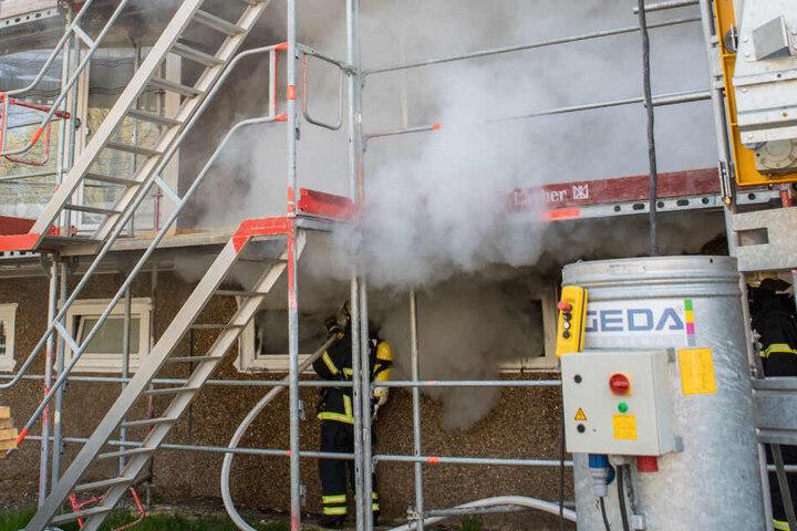 Starker Rauch dringt aus einem Kellerfenster.