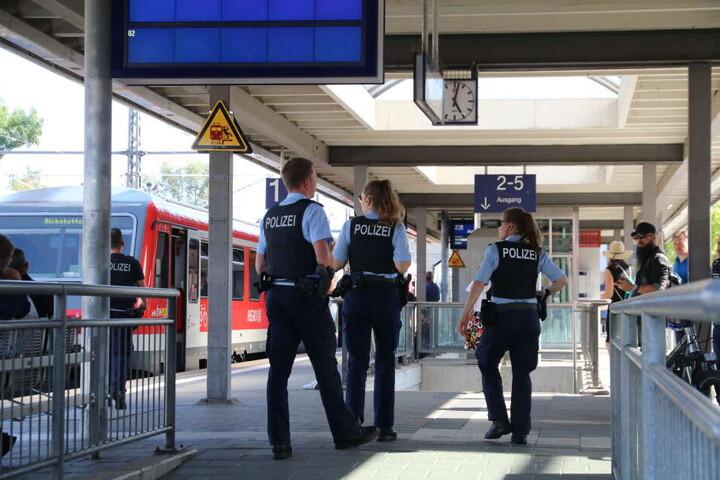 Die Polizei suchte verstärkt den Memmingen Bahnhof ab und war auch mit Spürhunden im Gebiet unterwegs.