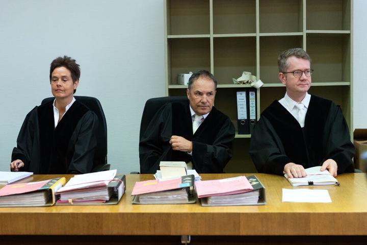 Die Richter Benjamin Schindler (r-l), Norbert Riedmann und Susanne Reiß sitzen vor Prozessbeginn im Gerichtssaal. Am Landgericht München I soll das Urteil über die Angeklagte gefällt werden.