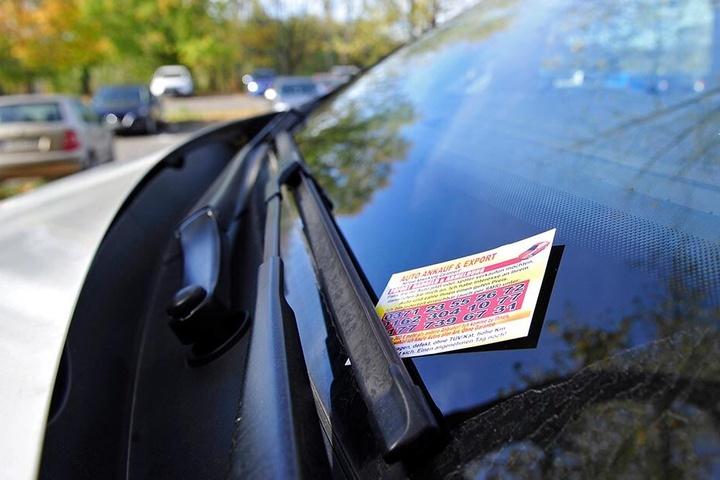 """""""Wollen Sie Ihr Auto verkaufen?"""" Diese Karten stecken täglich an vielen Autos. Dabei ist diese Werbeform verboten."""