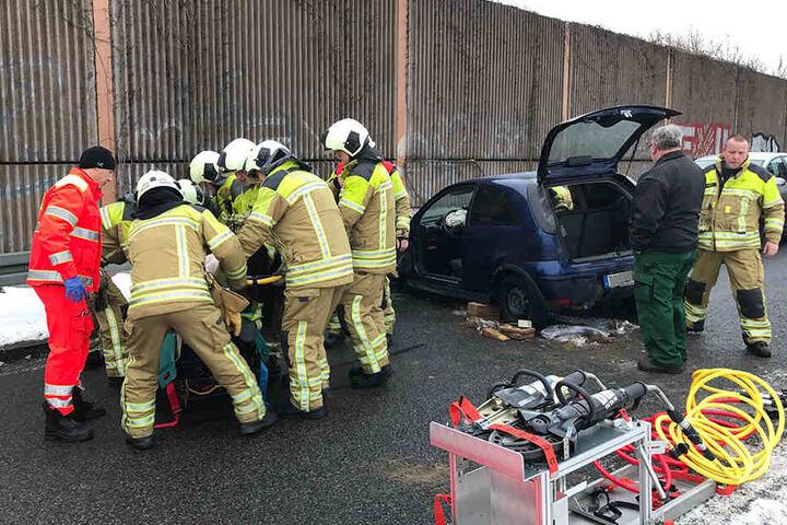 Die Opel-Fahrerin musste aus ihrem Wagen befreit werden.