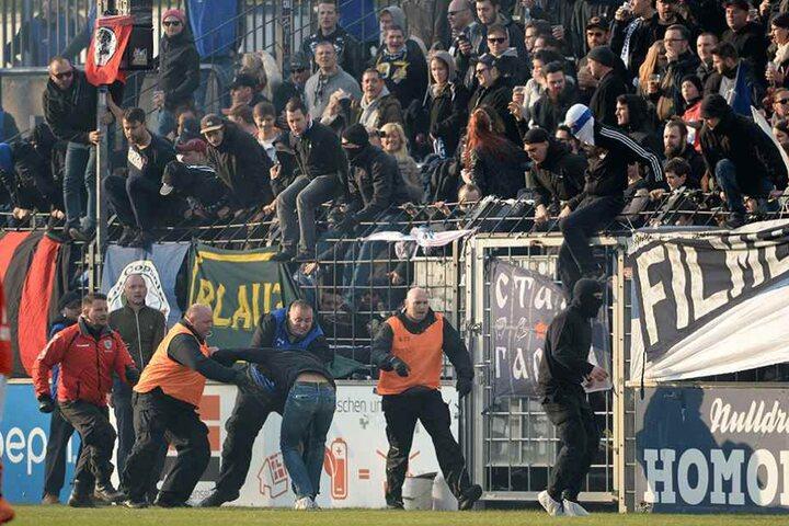 Cottbusser Fans stürmen den Platz beim Spiel gegen Babelsberg den Platz des Karl-Liebknecht-Stadions.