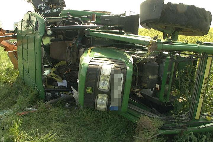 Das hochgeklappte Mähwerk könnte dem Traktorfahrer das Leben gerettet haben.
