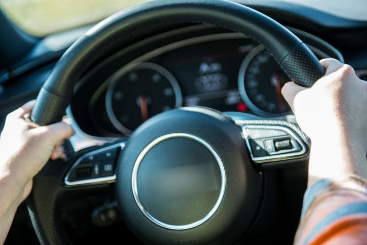 Offenbar übersah der Autofahrer eine rote Ampel (Symbolfoto).