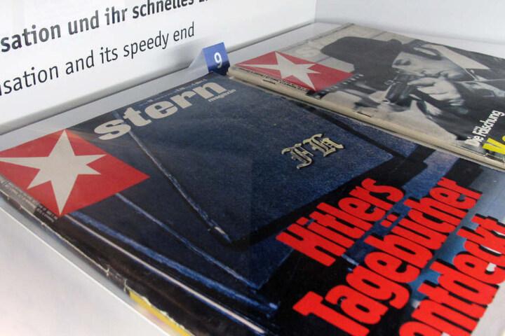 """Zwei Exemplare des Magazins """"Stern"""" mit der Cover-Zeile """"Hitlers Tagebücherentdeckt"""" liegen im Hamburger Polizeimuseum."""