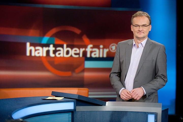 """Dritter im Bunde: Frank Plasberg mit """"hart aber fair""""."""