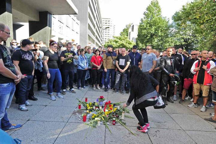 Am Tatort wurden Kerzen angezündet und Blumen niedergelegt: Viele Betroffene stehen im Kreis.