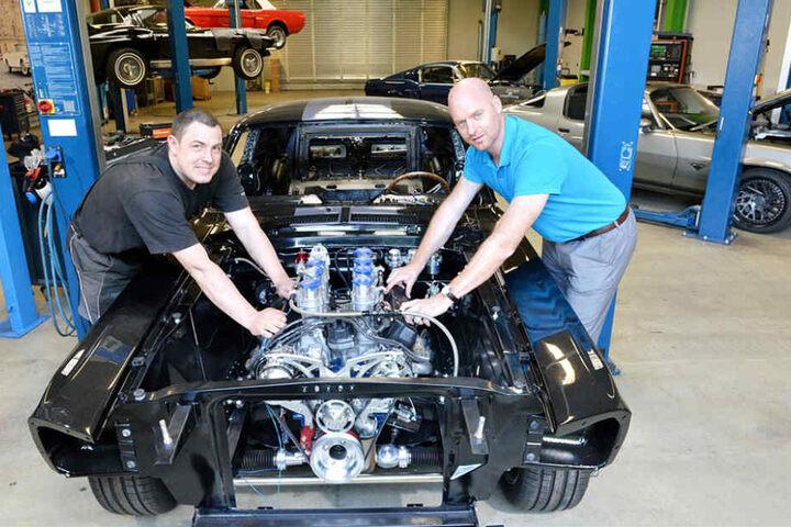 Mechaniker Andreas Kaden (38, l.) und Chef Christoph Herbrig (33) an dem edlen Mustang.