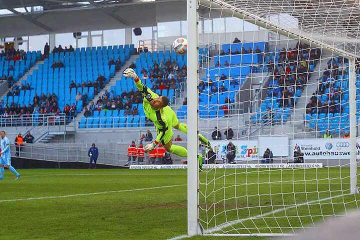 Johannes Brinkies (Zwickau) streckt sich vergeblich nach dem Schuss von Björn Jopek. Der Ball schlägt zum 1:0 ein.